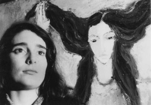 Adelheid Duvanel vor einem Porträt ihres Mannes Joe Duvanel